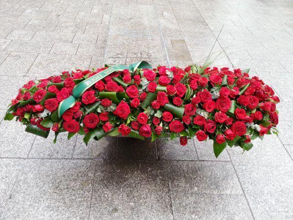 dessus de cerceuil roses rouges